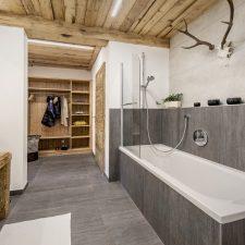 Altholz und Sichtbeton Badezimmer Das Chalet